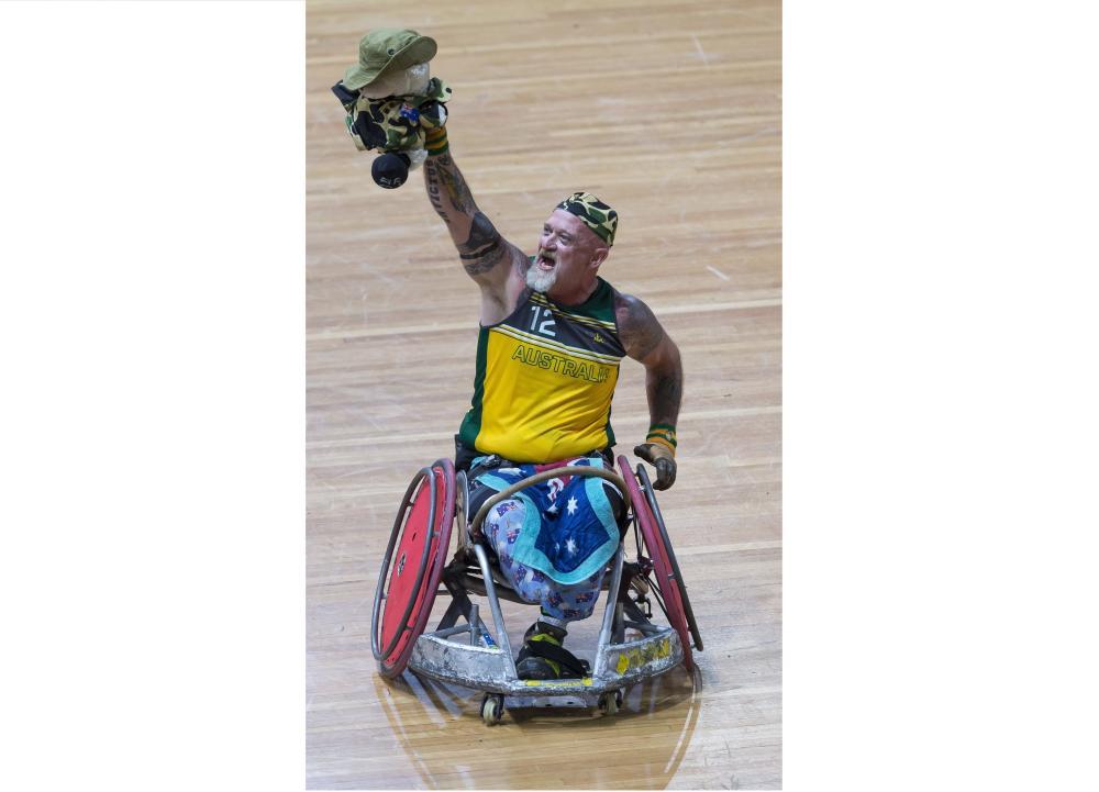 الأسترالي دافين بريثيرتون محتفلاً بفوز فريقه على أمريكا في سيدني أمس. ( إي بي أيه)