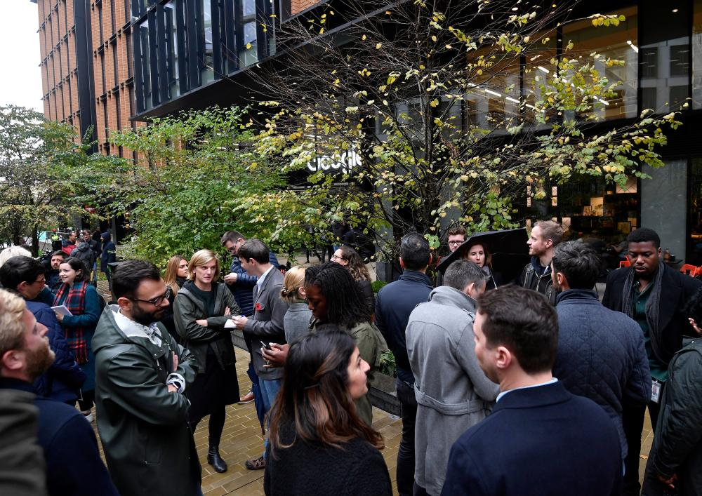 موظفو غوغل في لندن خارج مقر الشركة
