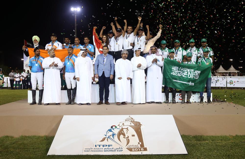 من منافسات مونديال التقاط الأوتاد في أبوظبي أمس الأول. (تصوير: محمد بدرالدين ـ «الرؤية»)