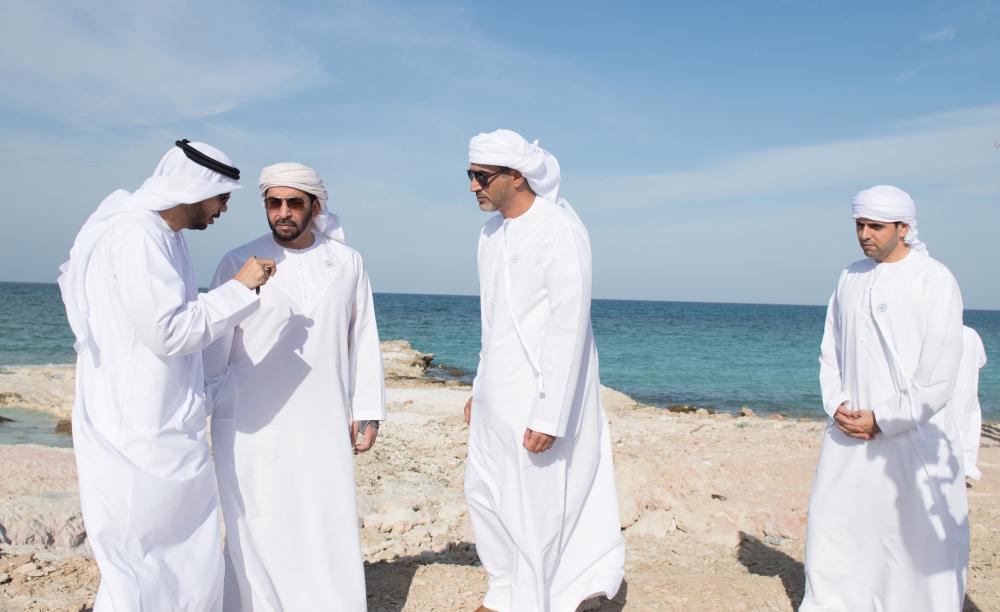 حمدان بن زايد أثناء تفقده مشاريع البنية التحتية في السلع. (وام)