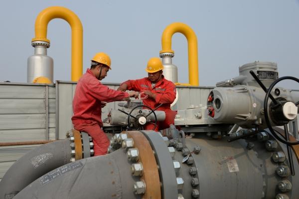 عاملان في منشأة سينوبك التابعة لشركة البترول الوطنية الصينية. (رويترز)