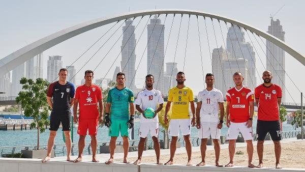 نجوم المنتخبات قرب جسر التسامح في دبي.(الرؤية)
