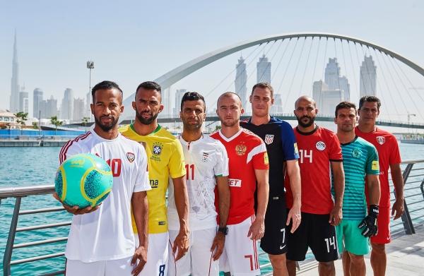 نجوم المنتخبات قرب جسر التسامح في دبي. (الرؤية)