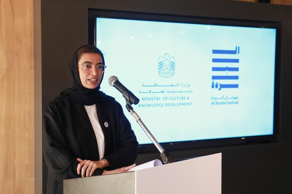 نورة الكعبي متحدثة عن فعاليات مهرجان البردة في أبوظبي أمس. (الرؤية)