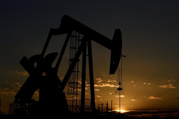 مضخة بترول تابعة لشركة بارسلي للطاقة تعمل عند غروب الشمس في حقل بالقرب من ميدلاند في ولاية تكساس الأمريكية. (رويترز)