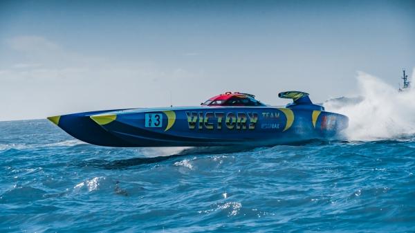 زورق الفيكتوري تيم 3 أثناء منافسات بطولة العالم للزوارق السريعة في فلوريدا أمس الأول. (الرؤية)