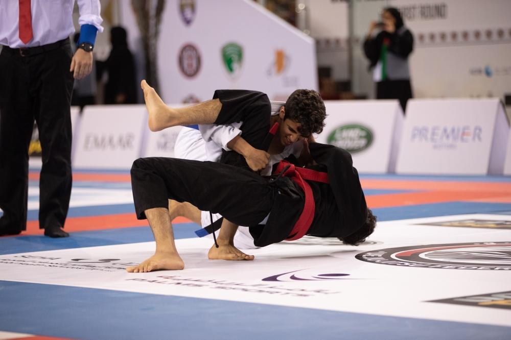من منافسات كأس نائب رئيس الدولة للجوجيتسو في أبوظبي أمس. (الرؤية)
