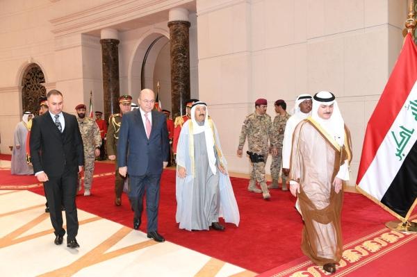 أمير الكويت الشيخ صباح الأحمد الجابر الصباح خلال استقباله الرئيس العراقي برهم صالح أمس رويترز