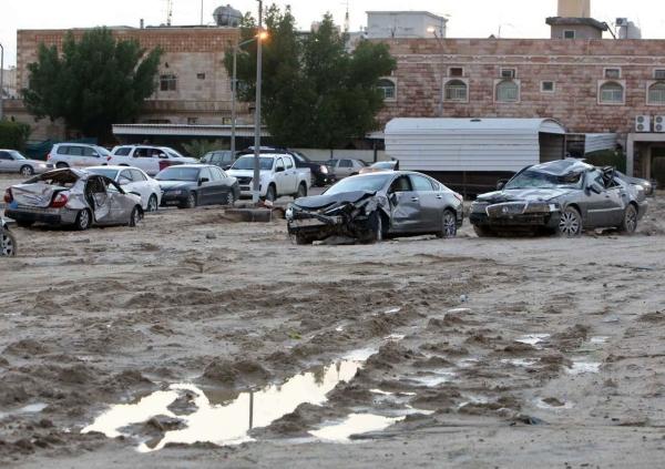 سيارات دمّرها انجراف التربة جراء السيول في الكويت. (أ ف ب)