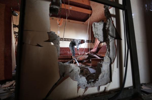 فلسطيني في رفح يعاين دمار منزله جراء القصف الإسرائيلي. (أ ف ب)