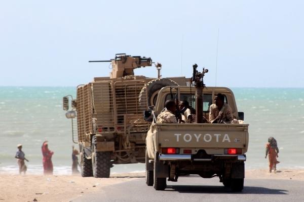 جنود من قوات الشرعية اليمنية شرقي مدينة الحديدة.(أ ف ب)