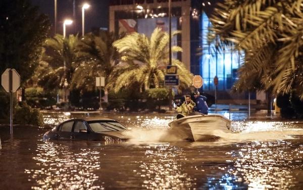 قوارب في شوارع ضاحية الدعية. (أ ف ب)