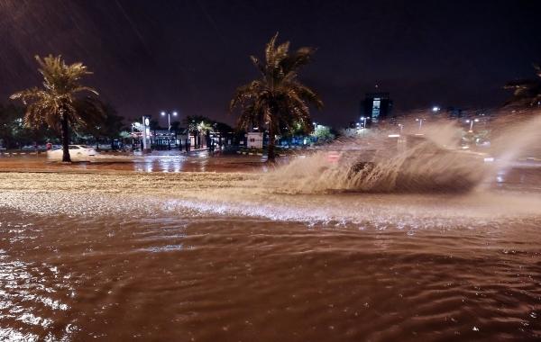 فيضانات عارمة قرب الكويت العاصمة. (أ ف ب)