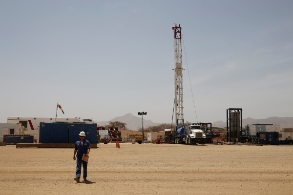 عمال في موقع للتنقيب عن النفط في لوكيشار، مقاطعة توركانا، كينيا (رويترز)