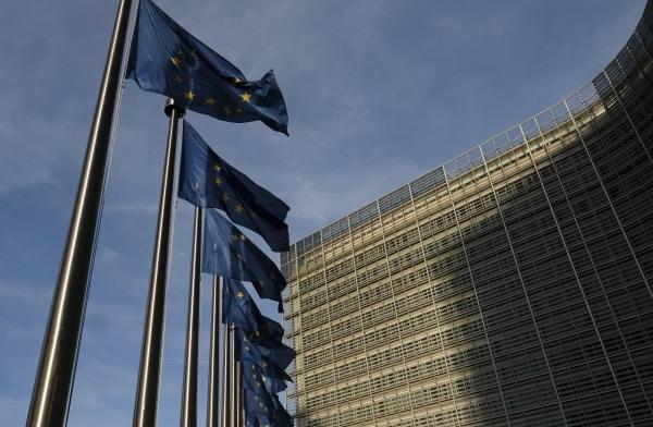 أعلام الاتحاد الاوروبي أمام مقر المفوضية الأوروبية في بروكسل، بلجيكا ، (إ ب أ)