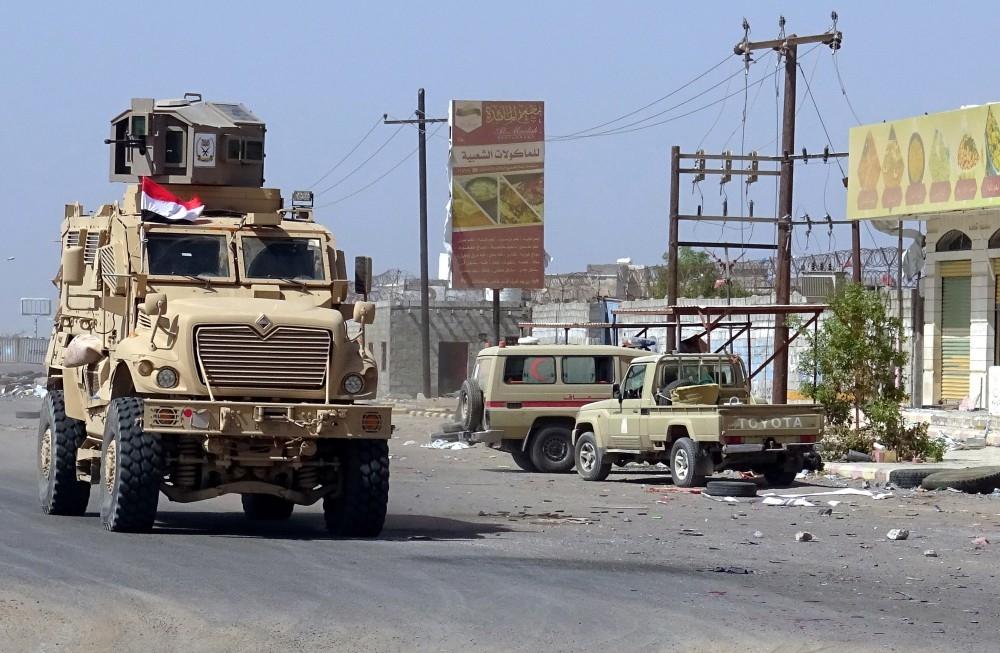 آلية عسكرية لقوات الشرعية في مدينة الحديدة أمس. (إي بي إيه)