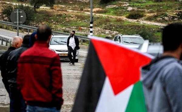 فلسطيني أثناء مواجهات مع قوات الاحتلال الإسرائيلي شرقي غزة أمس. (أ ف ب)