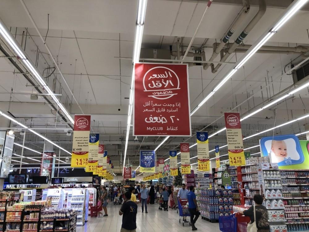 الجمعة البيضاء تستقطب عدداً كبيراً من المتسوقين. (الرؤية)