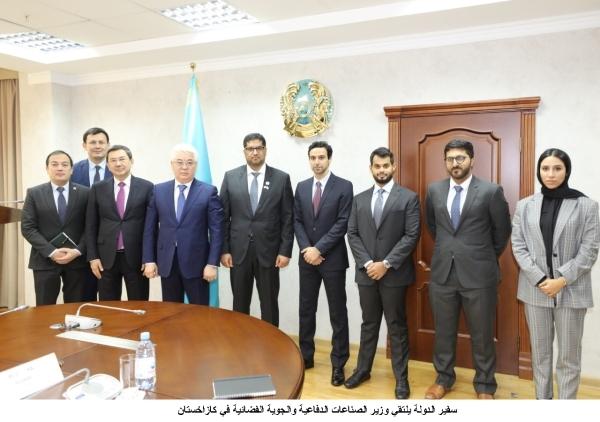 محمد أحمد الجابر خلال لقائه وزير الصناعات الدفاعية والجوية الفضائية في كازاخستان. (وام)