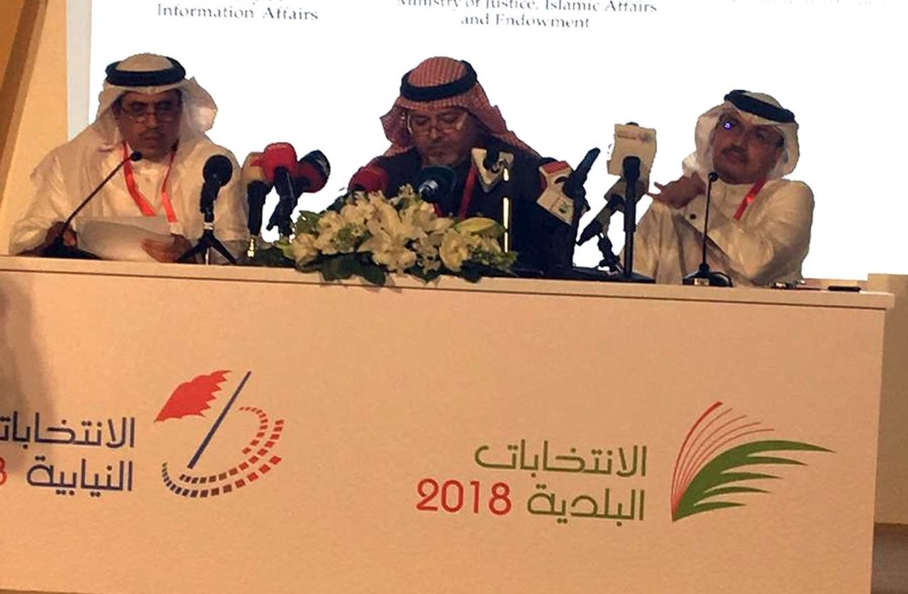 من اليسار .. وزير الإعلام البحريني ووزير العدل والمدير التنفيذي للانتخابات 2018.