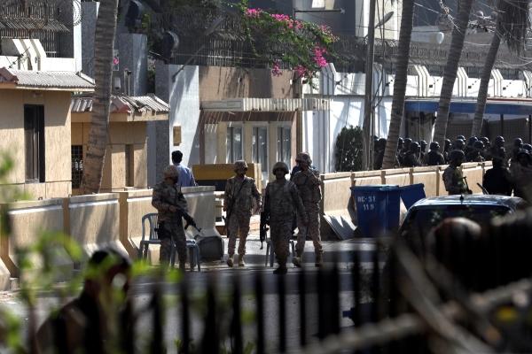 عناصر من قوات الأمن الباكستانية في محيط القنصلية الصينية بكراتشي. (رويترز)