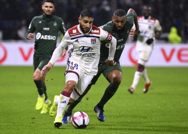 نجم ليون الفرنسي نبيل فقير خلال مباراة فريقه أمام سانت إتيان في الليغ1، أمس الأول. (أ ف ب)