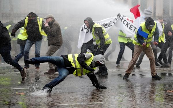 محتجون فرنسيون أثناء تظاهرة وسط الشانزليزية في باريس أمس. (رويترز)