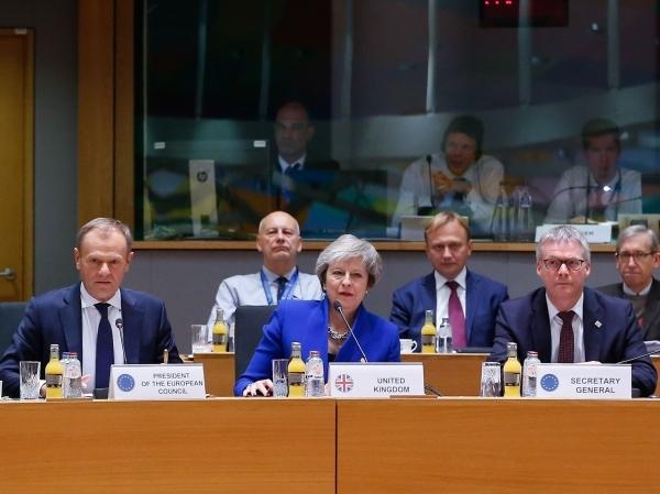 تيريزا ماي ورئيس المجلس الأوروبي دونالد تاسك (يساراً) في بروكسل. (أ ف ب)