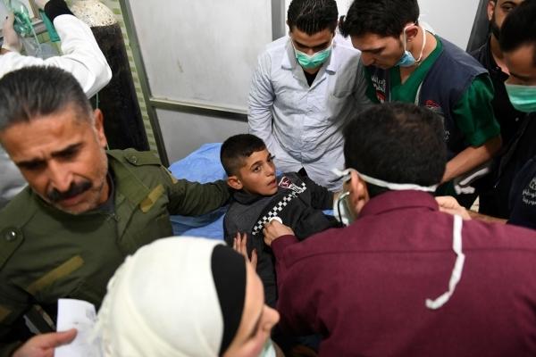 طفل سوري يتلقى العلاج بعد هجوم بالغاز. (رويترز)