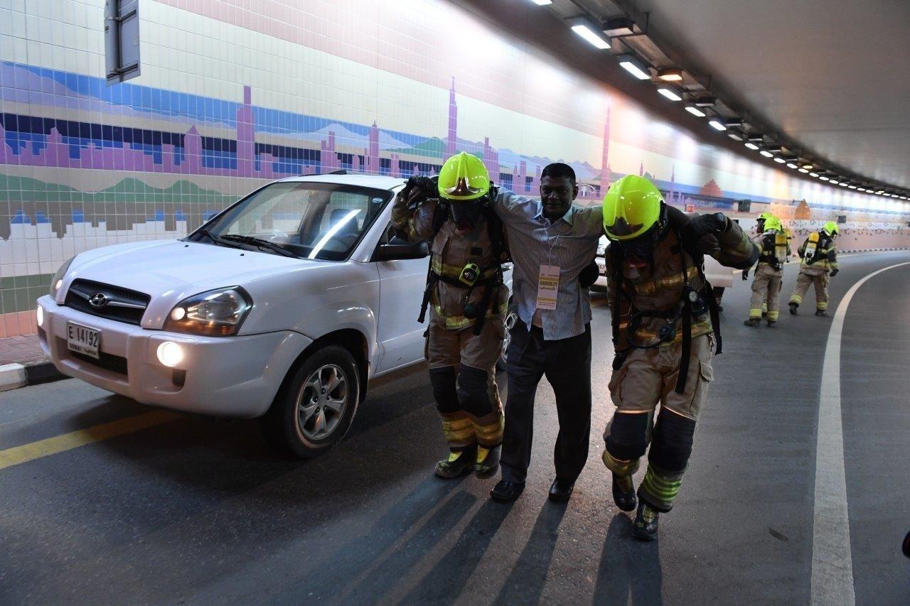 أثناء تنفيذ تمرين التعامل مع حادث في منطقة النفق الواصل بين شارع الرباط والفيستيفال سنتر بدبي. (الرؤية)