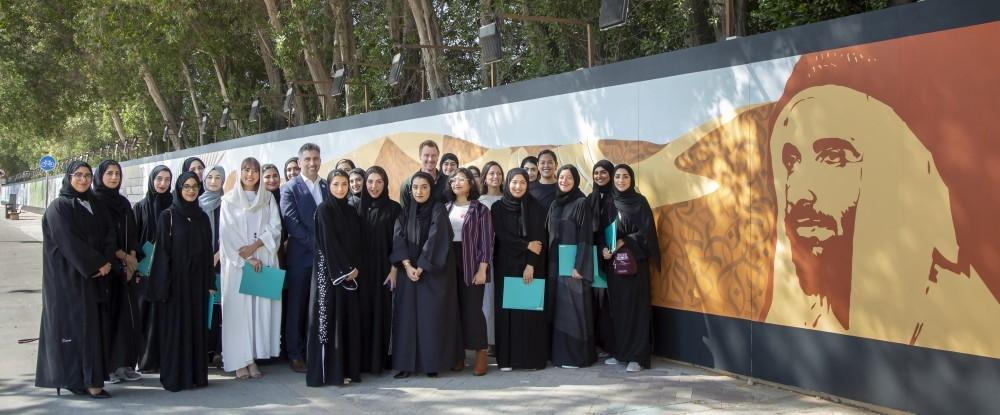 الطالبات أمام الجدارية التي أنجزنها في حب زايد. (الرؤية)