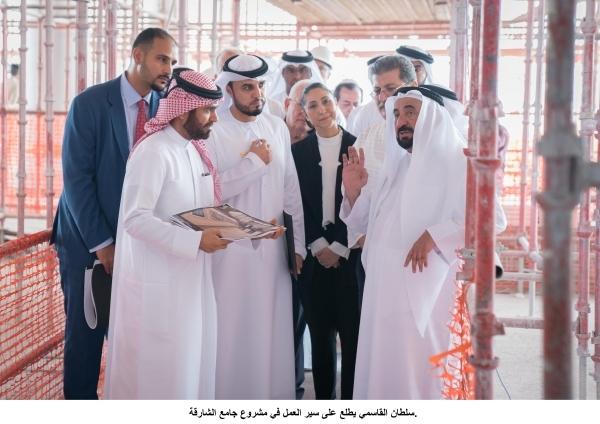 سلطان القاسمي أثناء اطلاعه على سير العمل في مشروع جامع الشارقة أمس. (وام)