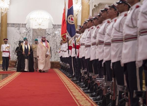 حمد بن عيسى ومحمد بن سلمان يستعرضان حرس الشرف. (إي بي إيه)