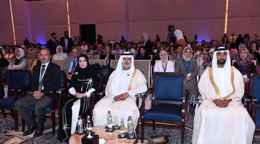 أمل القبيسي ونهيان بن مبارك خلال افتتاح المؤتمر الرابع للخصوبة في أبوظبي. (الرؤية)