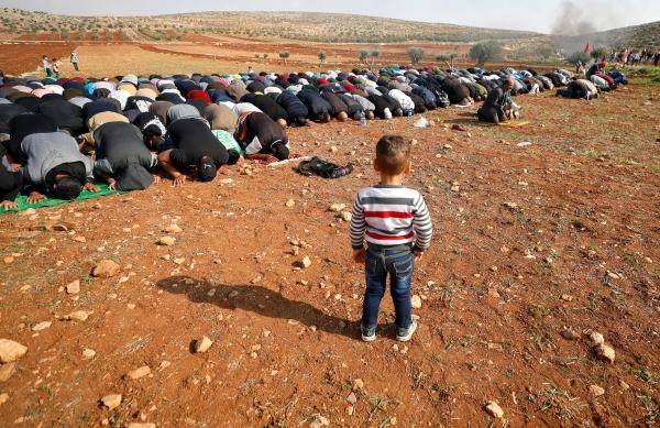 فلسطينيون يؤدون صلاة الجمعة على أرض شرقي رام الله مهددة بالمصادرة من قبل الاحتلال. (رويترز)