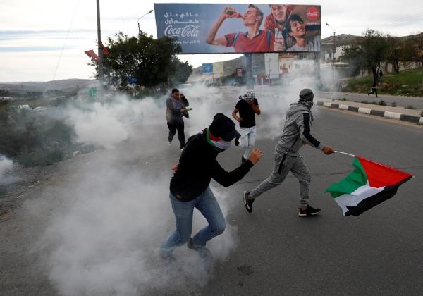 اعتداءات قوات الاحتلال على الفلسطينيين قرب نابلس في الضفة المحتلة أمس (رويترز)