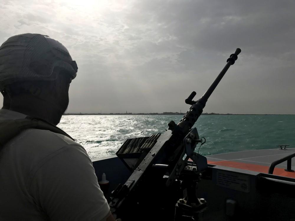 عنصر من قوات تحالف دعم الشرعية في دورية أمنية قرب ميناء المكلا. (رويترز)