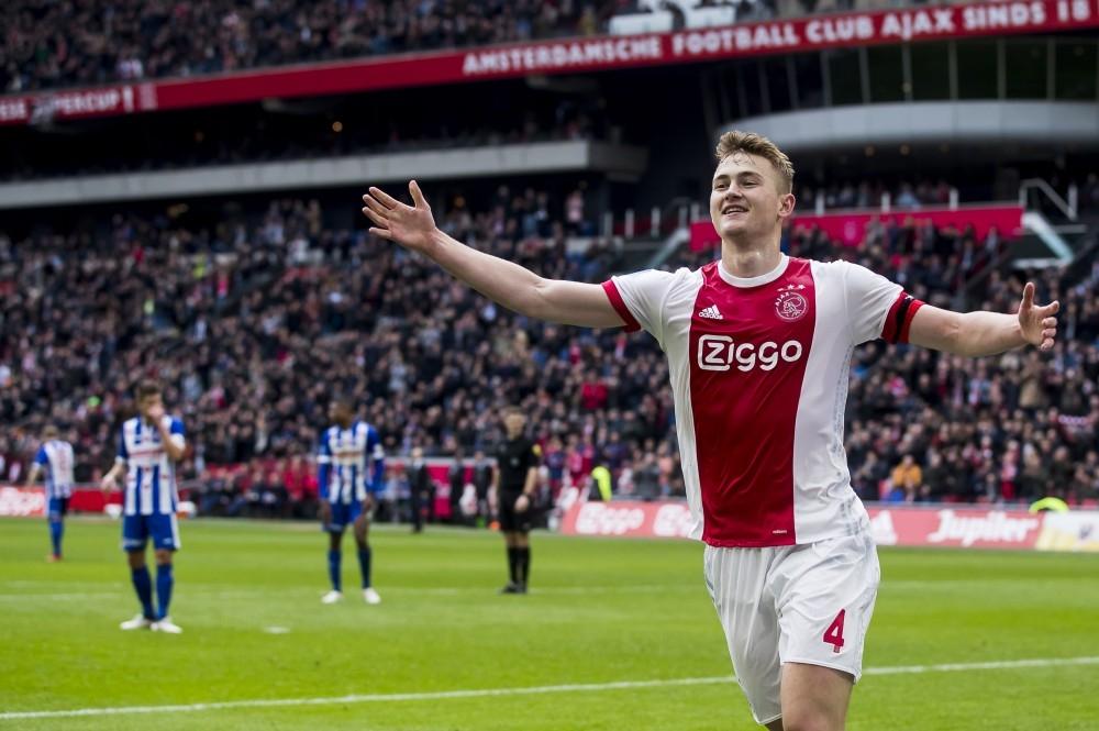 ماتيس دي ليخت محتفلاً بالتسجيل لأياكس أمستردام في الدوري الهولندي أخيراً. (أ ف ب)