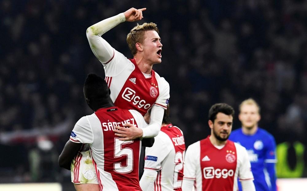 مدافع أياكس أمستردام الهولندي ماتياس دي ليخت محتفلاً مع زملائه بأحد الانتصارات في الشامبينونزليغ أخيراً. (رويترز)