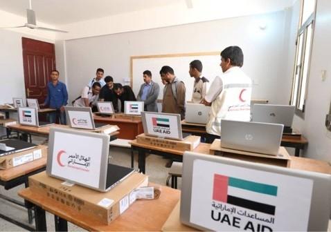 كليتا التربية والنفط في محافظة شبوة منحتا أجهزة كمبيوتر من «الهلال» الإماراتي وام