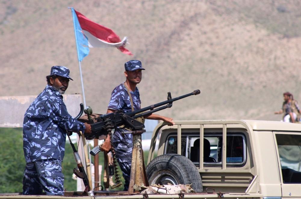 دورية للشرعية اليمنية عند أحد مداخل المكلا. (أ ف ب)