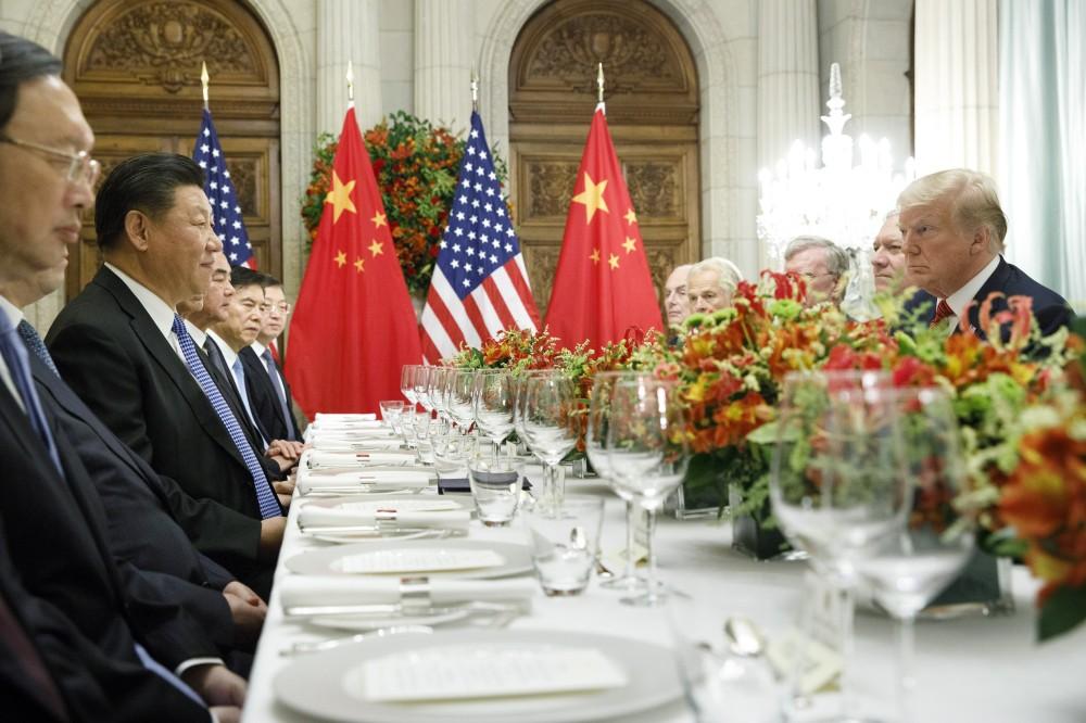 لقاء يجمع الرئيس الصيني والرئيس الأمريكي خلال قمة الـ 20 الأخيرة. (رويترز)