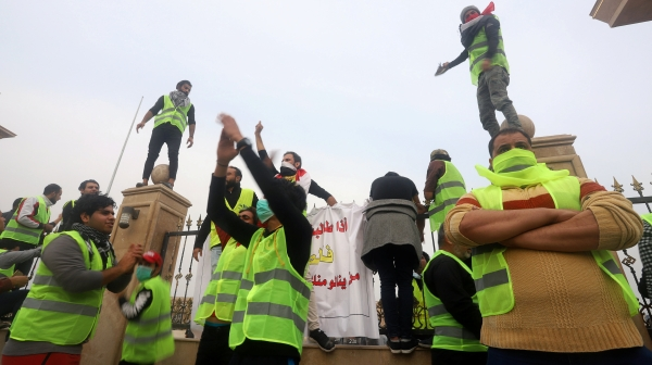 متظاهرون في البصرة أمام مبنى المحافظة.  (رويترز)
