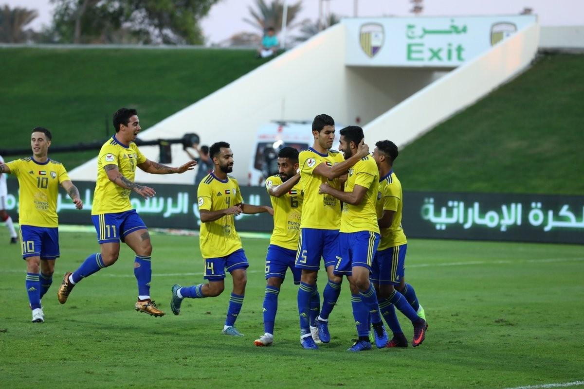 فرحة لاعبي الظفرة بالفوز على الجزيرة في دوري الخليج العربي، وسيواجه دبا الحصن في الكأس الأغلى. (الرؤية)