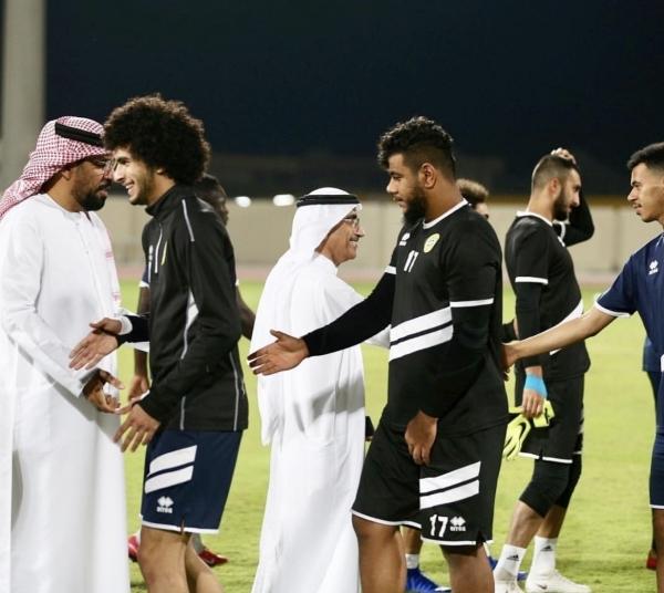 سعيد بن صقر القاسمي ملتقياً مدرب كلباء ولاعبي الفريق أمس الأول.(الرؤية)