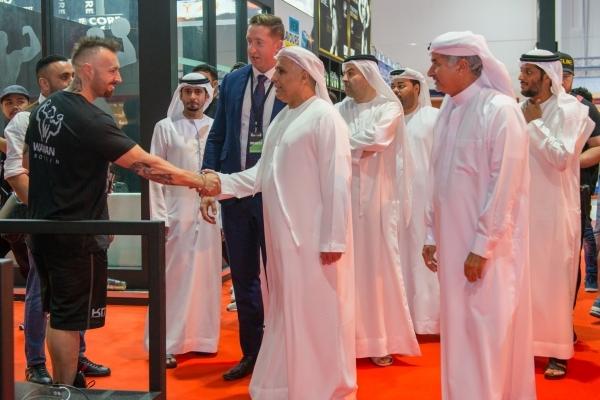 مطر الطاير وسعيد حارب وناصر أمان آل رحمة يتجولون في أروقة معرضي دبي لبناء الأجسام و«النشاط والحيوية» أمس. (الرؤية)
