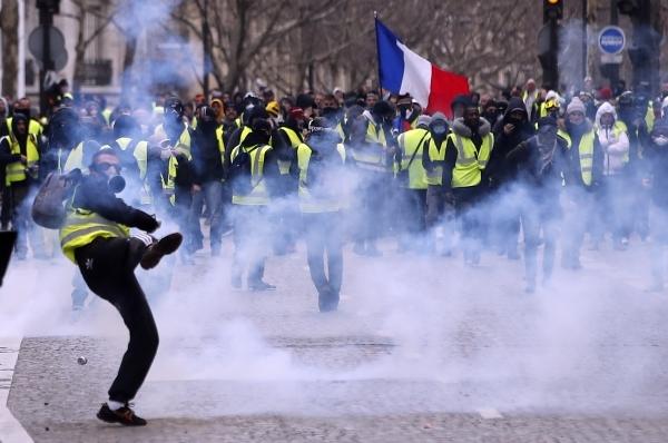 شرطة مكافحة الشغب الفرنسية تتصدى لأعمال العنف التي رافقت احتجاجات «السترات الصفراء» وسط باريس. (إي بي إيه)