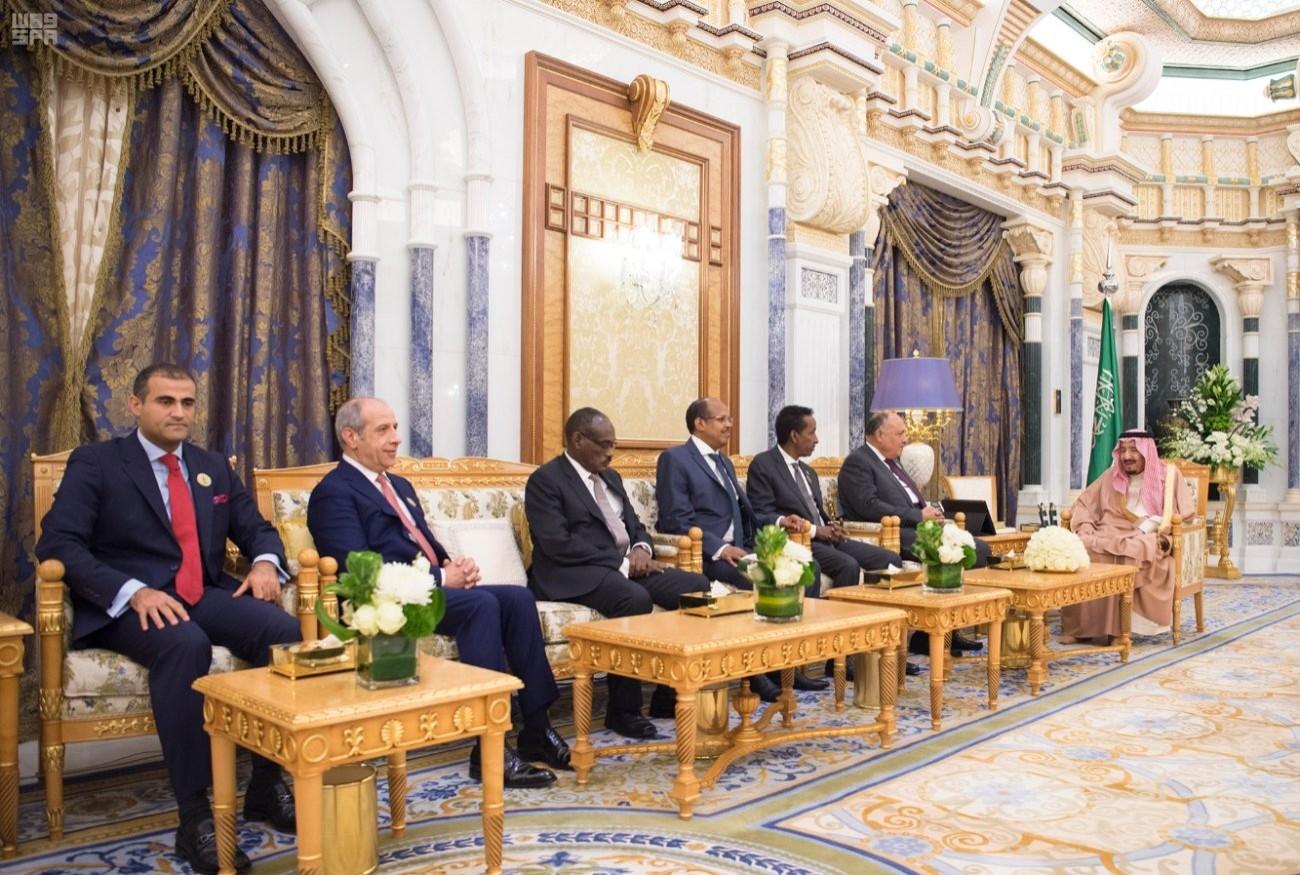 الملك سلمان خلال لقائه مسؤولي الخارجية في الدول الست الأعضاء في التكتل. (واس)