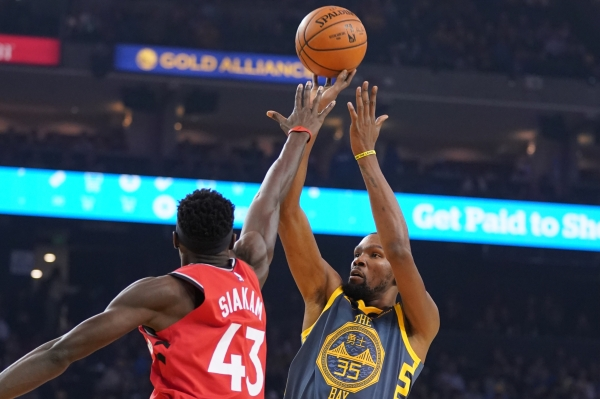 December 12, 2018; Oakland, CA, USA; Golden State Warriors forward Kevin Durant (35) shoots the basketball against Toronto Raptors forward Pascal Siakam (43) during the first quarter at Oracle Arena. Mandatory Credit: Kyle Terada-USA TODAY Sports