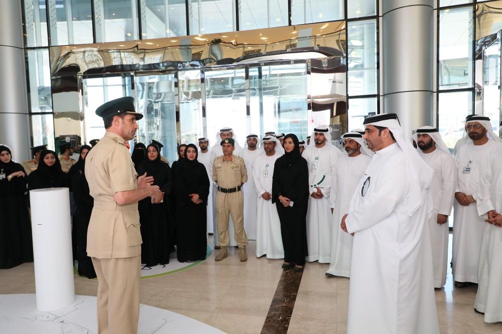 القائد العام لشرطة دبي ملتقياً فريق لجنة إسعاد. (الرؤية)
